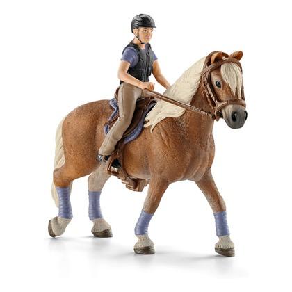 Наездница с белогривой лошадью