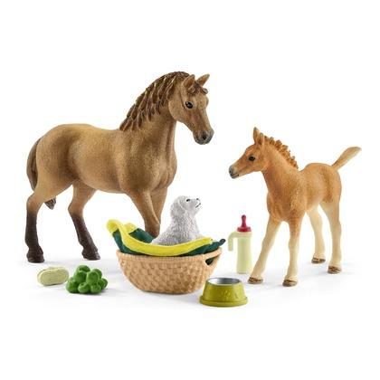 Детеныши животных в конюшне