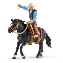 Ковбой в седле на необъезженной лошади